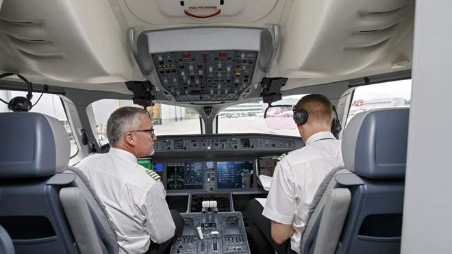 Soi lương 'khủng' của các phi công trên thế giới - Ảnh 19.