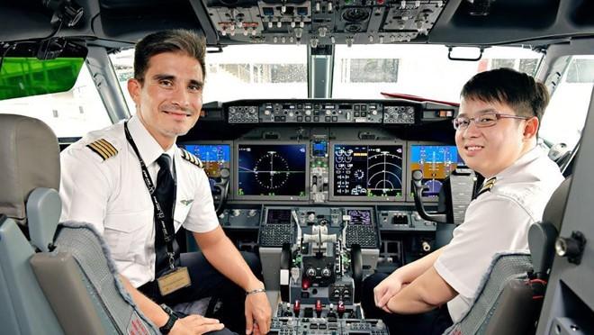Soi lương 'khủng' của các phi công trên thế giới - Ảnh 26.