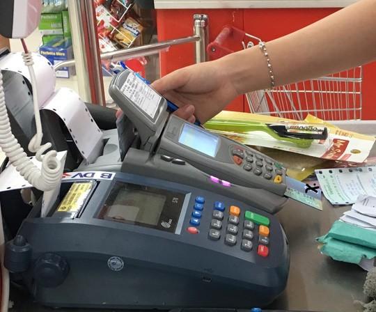 Ngân hàng đến trường mở thẻ tín dụng, sinh viên phát hoảng vì các loại phí - Ảnh 1.