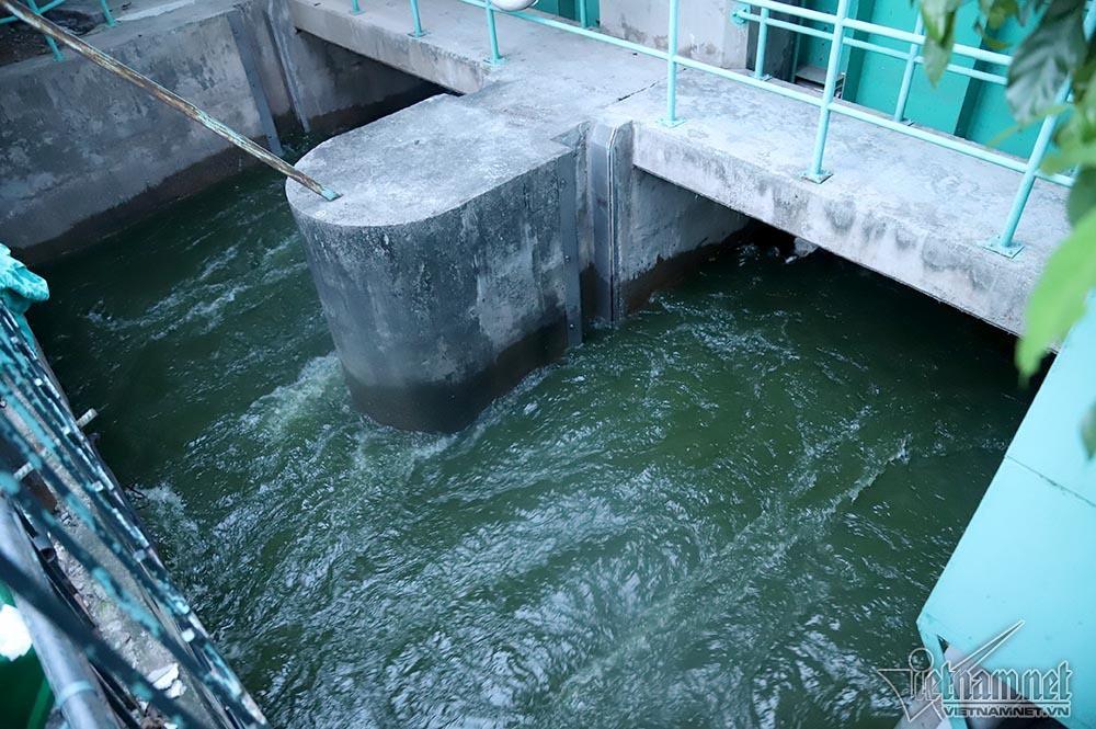 Nước hồ Tây lại xối vào sông Tô Lịch, 'nhấn chìm' thiết bị Nhật - Ảnh 12.
