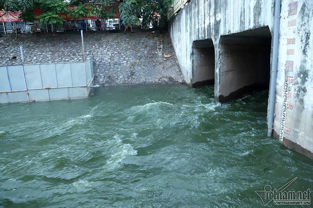 Nước hồ Tây lại xối vào sông Tô Lịch, 'nhấn chìm' thiết bị Nhật - Ảnh 3.