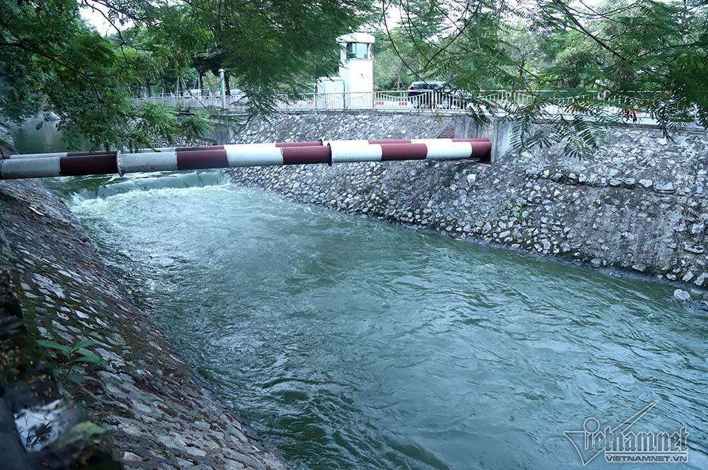 Nước hồ Tây lại xối vào sông Tô Lịch, 'nhấn chìm' thiết bị Nhật - Ảnh 9.