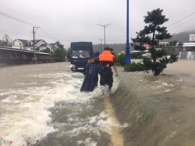 Nhiều du khách mắc kẹt vì mưa ngập lịch sử ở Phú Quốc - Ảnh 1.