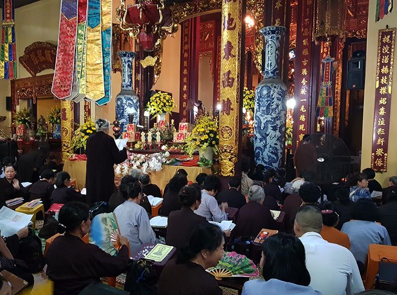 [Ảnh] Người dân Hà Nội nô nức đi lễ chùa mùa Vu Lan dịp cuối tuần - Ảnh 10.