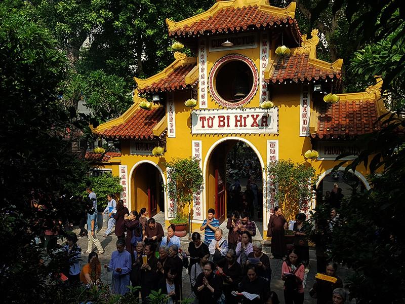 [Ảnh] Người dân Hà Nội nô nức đi lễ chùa mùa Vu Lan dịp cuối tuần - Ảnh 2.