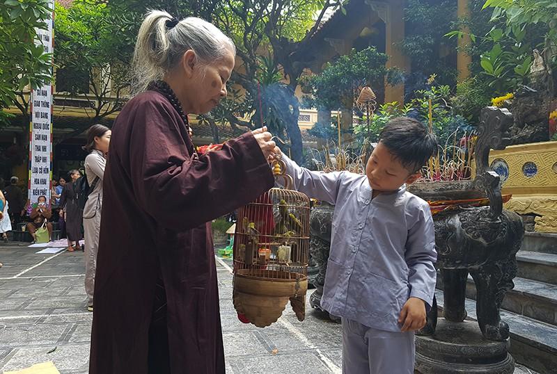 [Ảnh] Người dân Hà Nội nô nức đi lễ chùa mùa Vu Lan dịp cuối tuần - Ảnh 4.