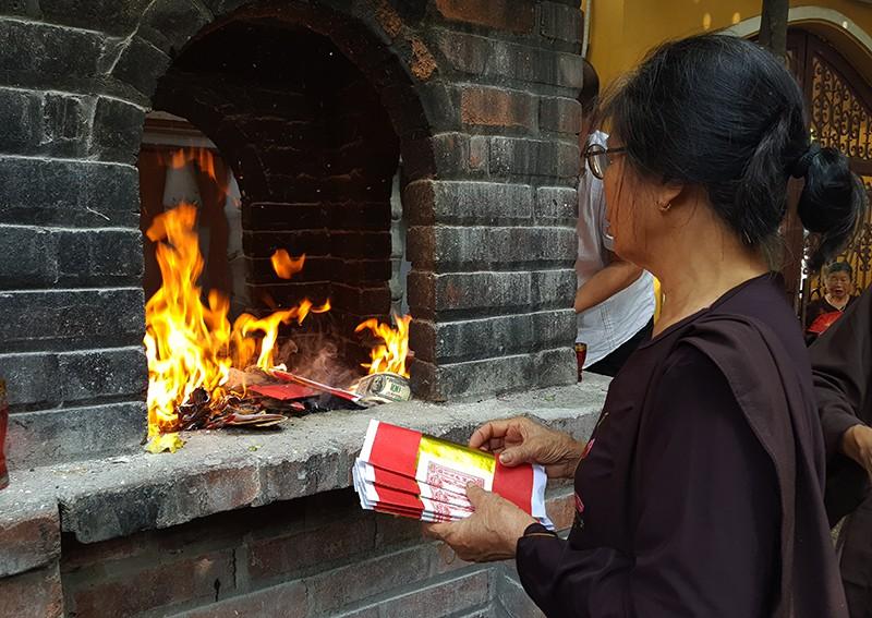 [Ảnh] Người dân Hà Nội nô nức đi lễ chùa mùa Vu Lan dịp cuối tuần - Ảnh 5.