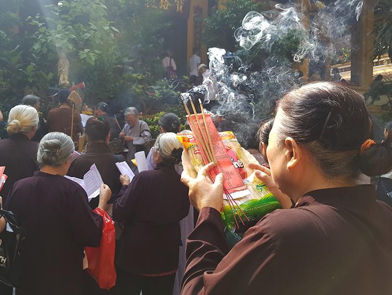 [Ảnh] Người dân Hà Nội nô nức đi lễ chùa mùa Vu Lan dịp cuối tuần - Ảnh 6.
