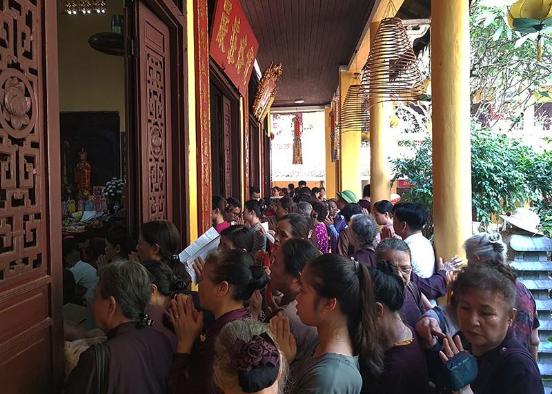 [Ảnh] Người dân Hà Nội nô nức đi lễ chùa mùa Vu Lan dịp cuối tuần - Ảnh 7.