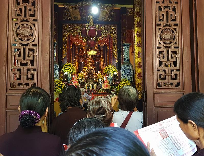 [Ảnh] Người dân Hà Nội nô nức đi lễ chùa mùa Vu Lan dịp cuối tuần - Ảnh 9.