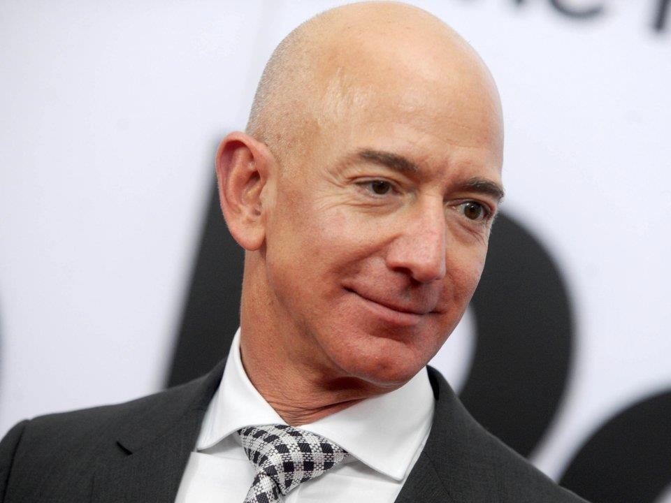 Trước khi là tỉ phú, Bezos làm phụ bếp, Tim Cook giao báo - Ảnh 1.