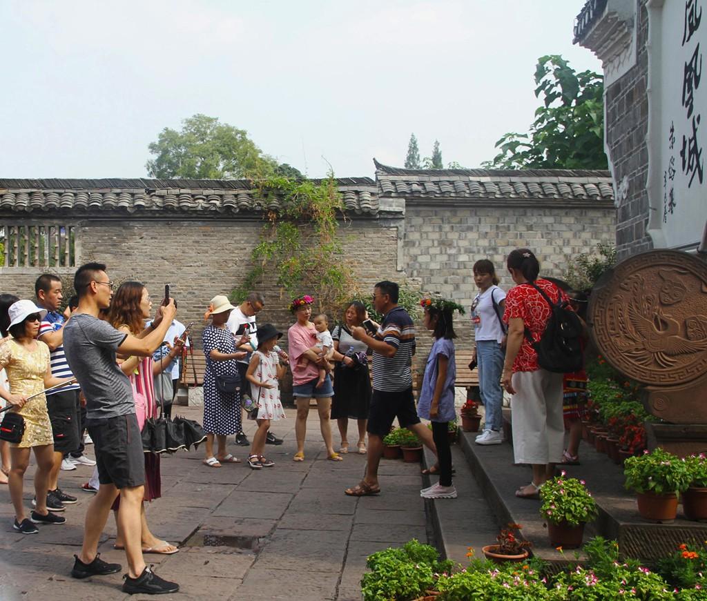 Xếp hàng dài chờ lượt check-in ở Phượng Hoàng cổ trấn - Ảnh 1.