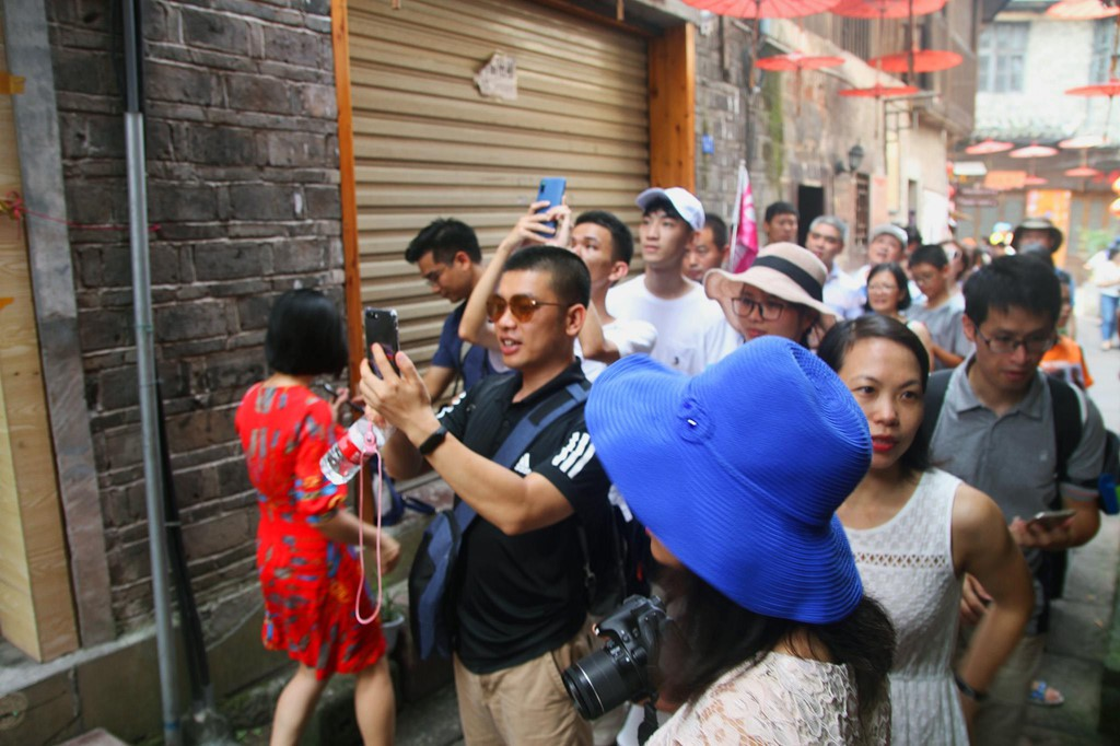 Xếp hàng dài chờ lượt check-in ở Phượng Hoàng cổ trấn - Ảnh 2.