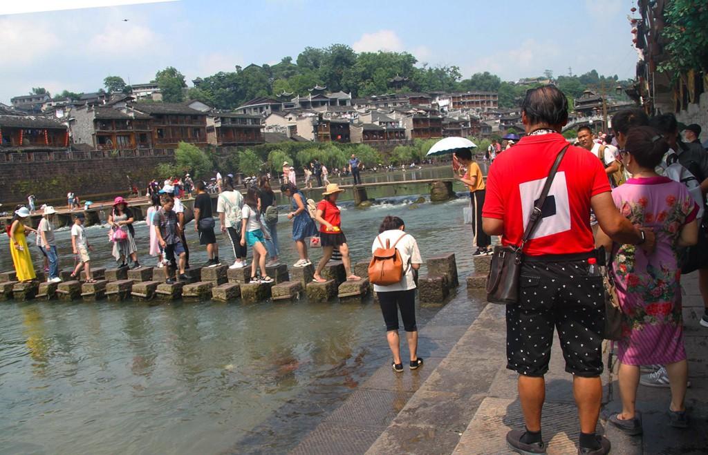 Xếp hàng dài chờ lượt check-in ở Phượng Hoàng cổ trấn - Ảnh 3.