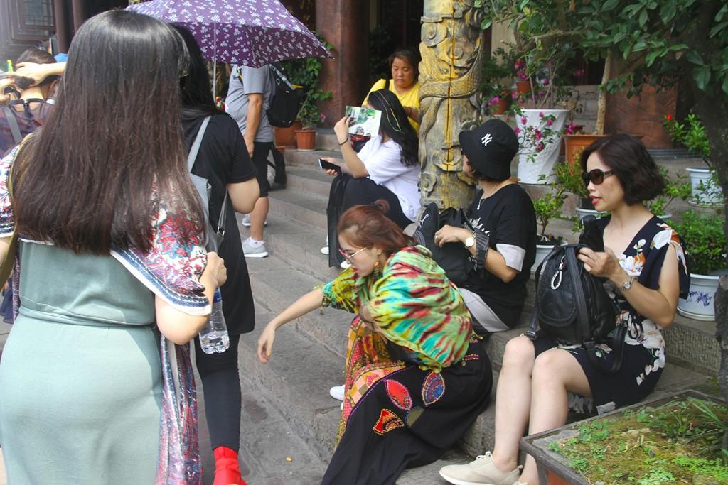 Xếp hàng dài chờ lượt check-in ở Phượng Hoàng cổ trấn - Ảnh 4.