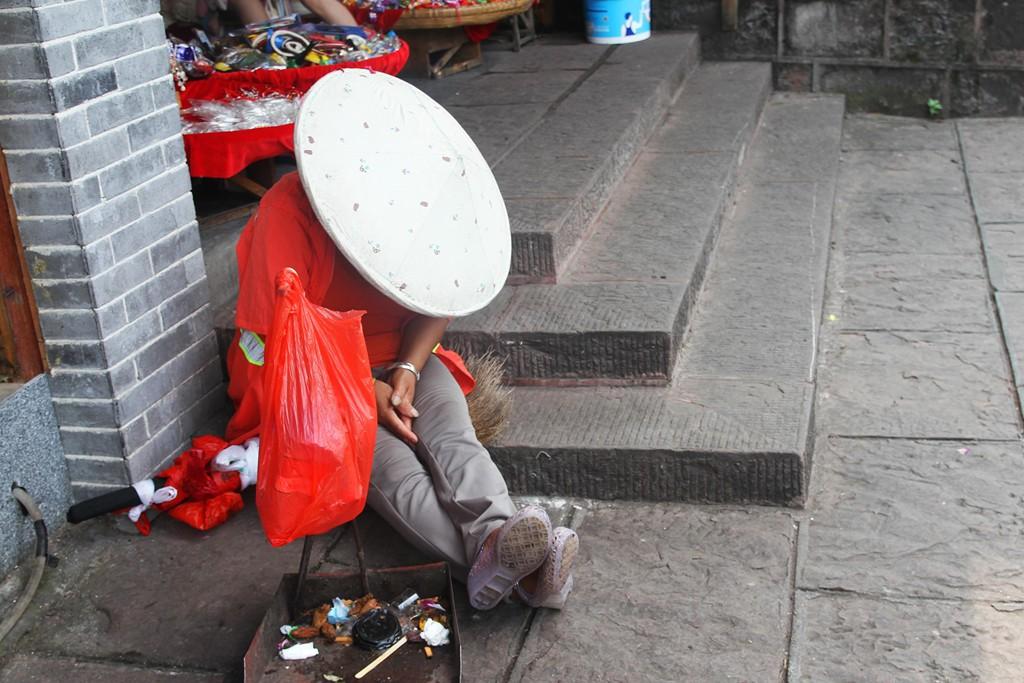 Xếp hàng dài chờ lượt check-in ở Phượng Hoàng cổ trấn - Ảnh 5.
