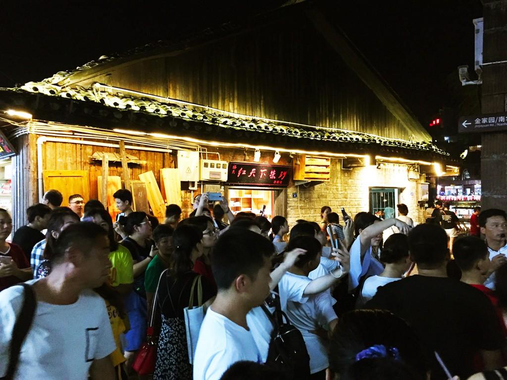 Xếp hàng dài chờ lượt check-in ở Phượng Hoàng cổ trấn - Ảnh 6.