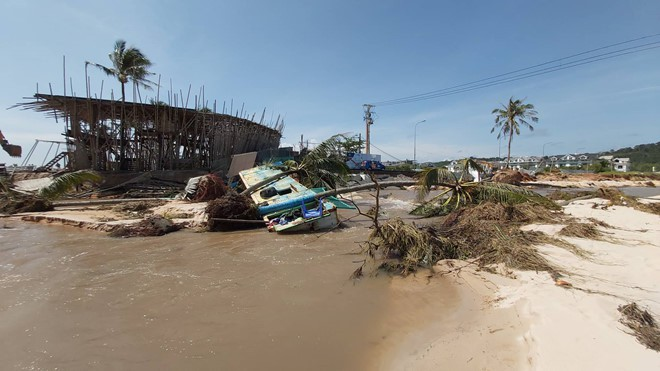 Đoạn bờ biển Phú Quốc tan hoang sau hai trận ngập lịch sử - Ảnh 1.