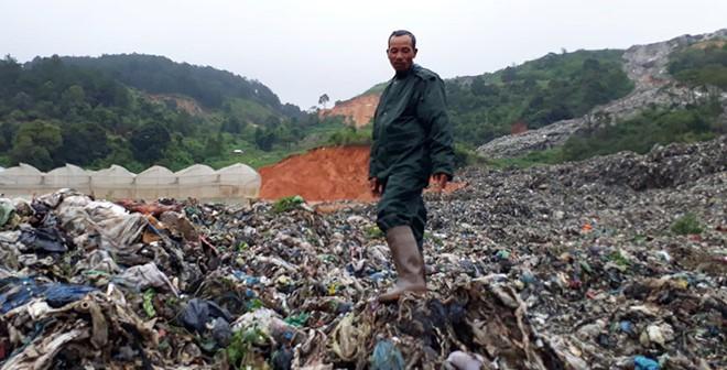 Kinh hoàng núi rác Cam Ly đổ ập xuống vườn, trại của dân - Ảnh 1.