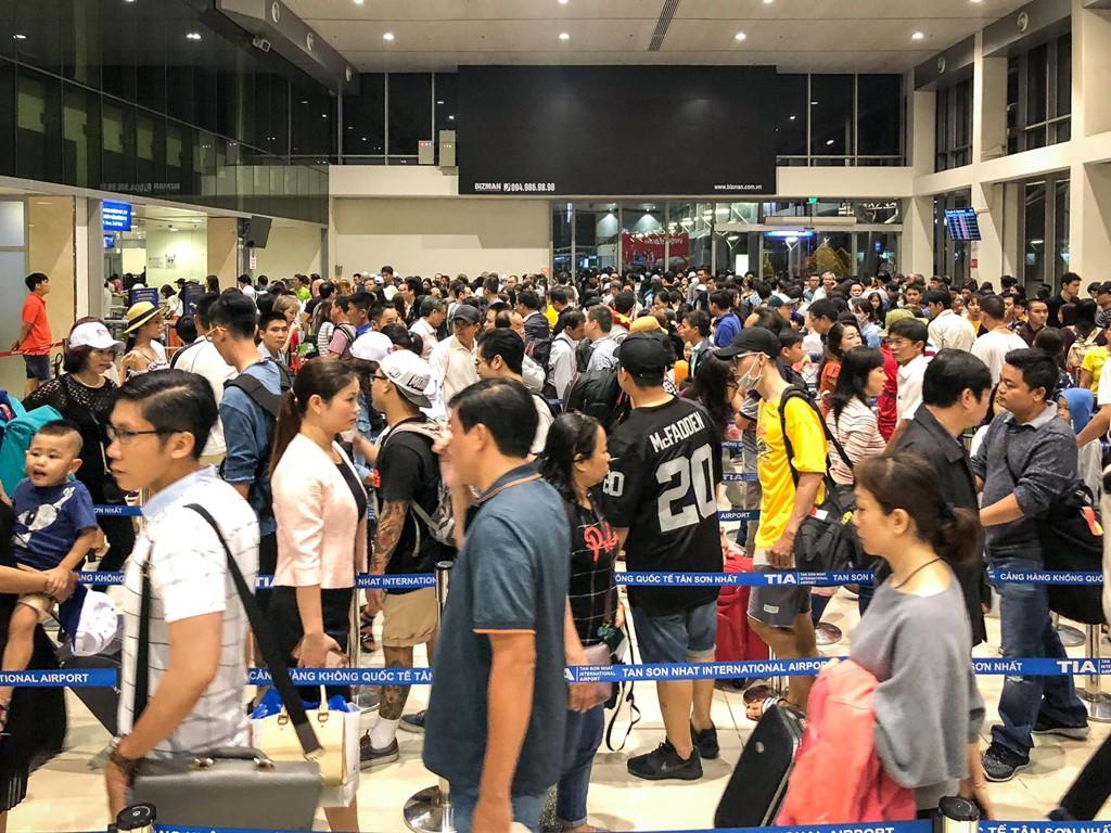 Máy bay phải lăn bánh 20-45 phút chờ lượt bay ở Tân Sơn Nhất - Ảnh 2.