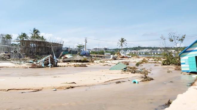 Đoạn bờ biển Phú Quốc tan hoang sau hai trận ngập lịch sử - Ảnh 2.