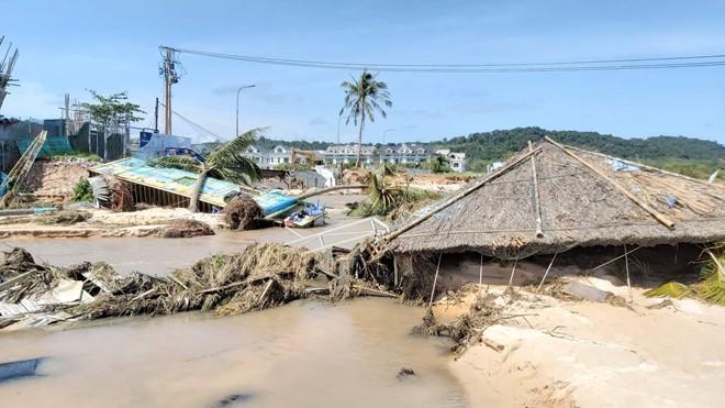 Đoạn bờ biển Phú Quốc tan hoang sau hai trận ngập lịch sử - Ảnh 4.