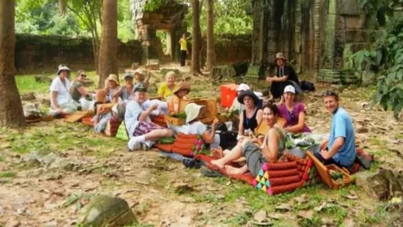 Campuchia cấm ăn uống trong khu đền Angkor Wat - Ảnh 1.