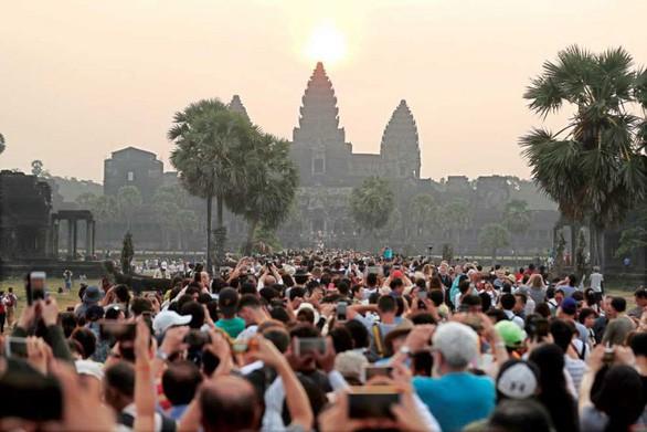 Campuchia cấm ăn uống trong khu đền Angkor Wat - Ảnh 2.