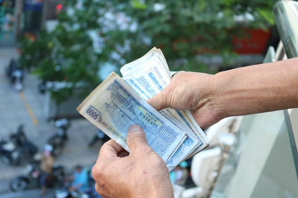 Chen lấn giật 'cô hồn' giữa Sài Gòn: Tiền bay lên nóc nhà, nhiều người ngẩn ngơ - Ảnh 11.