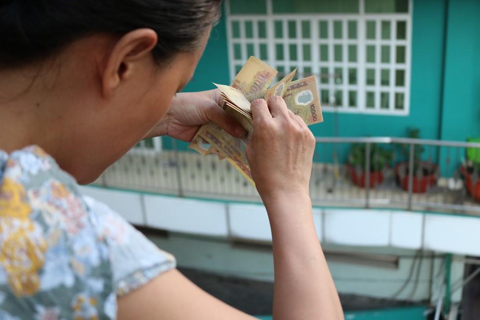 Chen lấn giật 'cô hồn' giữa Sài Gòn: Tiền bay lên nóc nhà, nhiều người ngẩn ngơ - Ảnh 12.