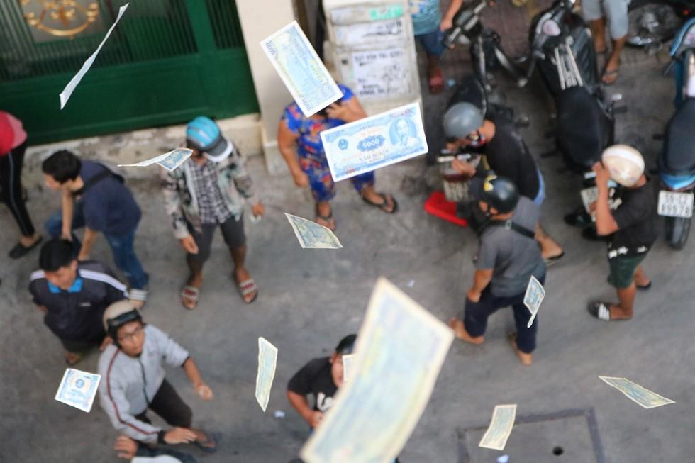 Chen lấn giật 'cô hồn' giữa Sài Gòn: Tiền bay lên nóc nhà, nhiều người ngẩn ngơ - Ảnh 13.