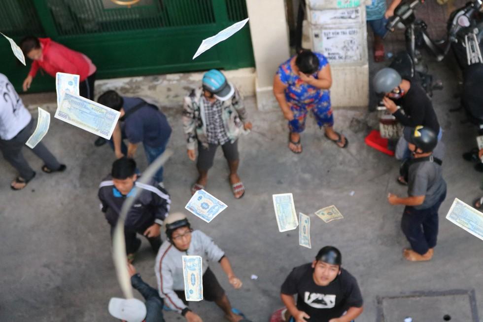Chen lấn giật 'cô hồn' giữa Sài Gòn: Tiền bay lên nóc nhà, nhiều người ngẩn ngơ - Ảnh 14.