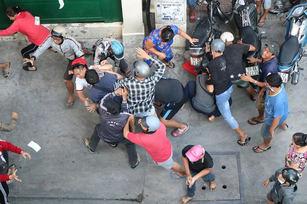 Chen lấn giật 'cô hồn' giữa Sài Gòn: Tiền bay lên nóc nhà, nhiều người ngẩn ngơ - Ảnh 15.