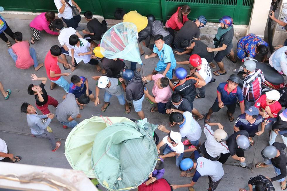 Chen lấn giật 'cô hồn' giữa Sài Gòn: Tiền bay lên nóc nhà, nhiều người ngẩn ngơ - Ảnh 16.