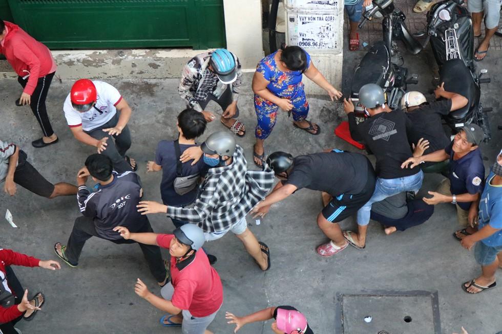 Chen lấn giật 'cô hồn' giữa Sài Gòn: Tiền bay lên nóc nhà, nhiều người ngẩn ngơ - Ảnh 17.