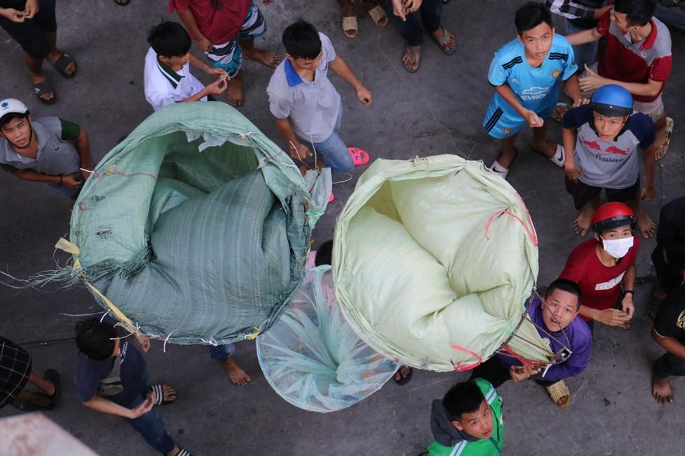 Chen lấn giật 'cô hồn' giữa Sài Gòn: Tiền bay lên nóc nhà, nhiều người ngẩn ngơ - Ảnh 18.