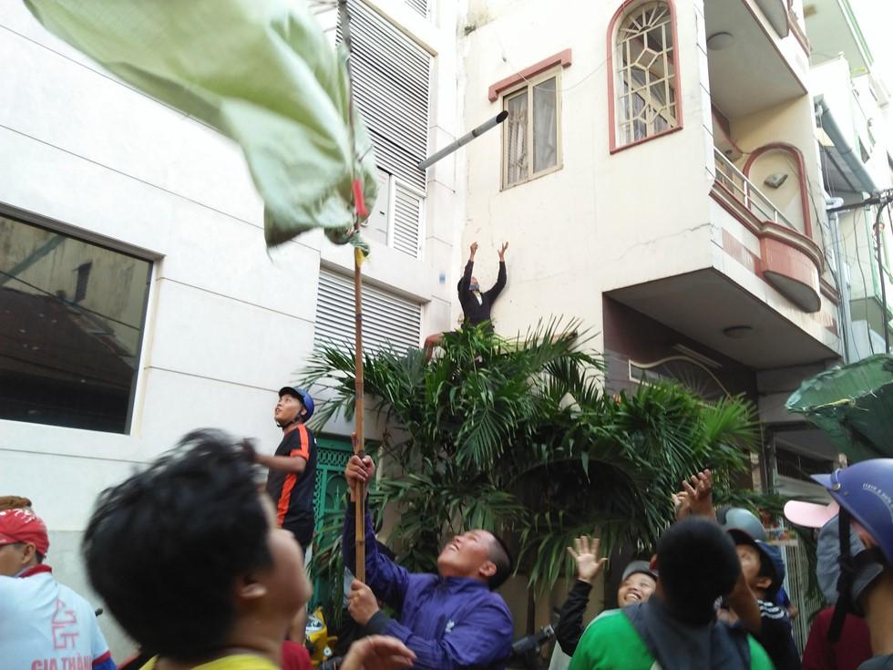 Chen lấn giật 'cô hồn' giữa Sài Gòn: Tiền bay lên nóc nhà, nhiều người ngẩn ngơ - Ảnh 20.