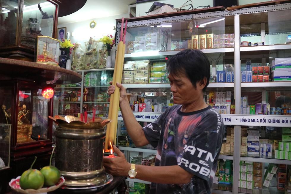 Chen lấn giật 'cô hồn' giữa Sài Gòn: Tiền bay lên nóc nhà, nhiều người ngẩn ngơ - Ảnh 4.