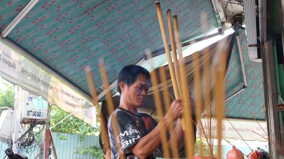 Chen lấn giật 'cô hồn' giữa Sài Gòn: Tiền bay lên nóc nhà, nhiều người ngẩn ngơ - Ảnh 5.