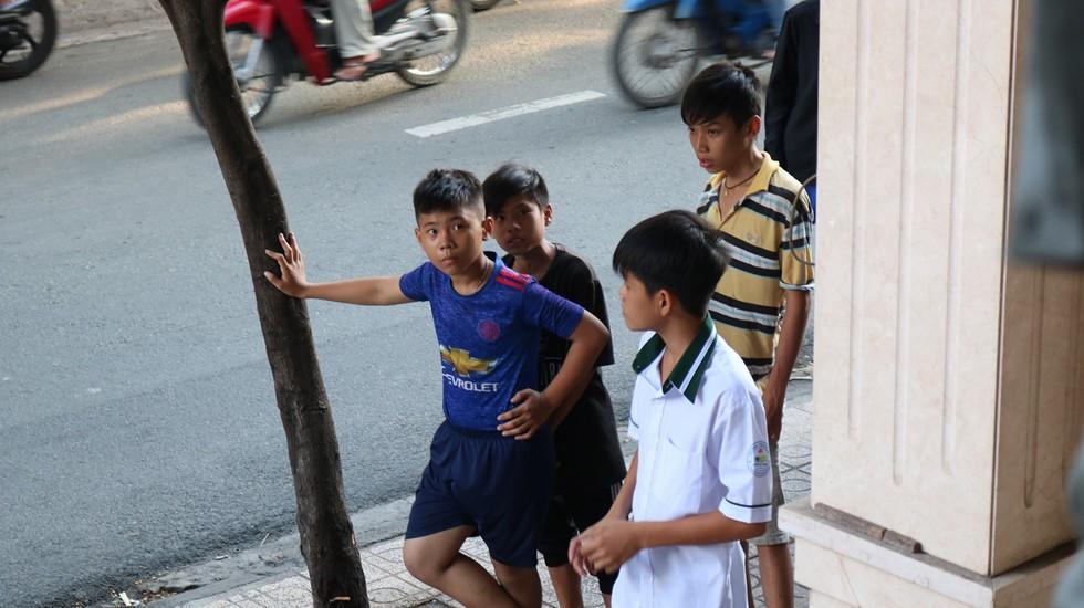 Chen lấn giật 'cô hồn' giữa Sài Gòn: Tiền bay lên nóc nhà, nhiều người ngẩn ngơ - Ảnh 6.