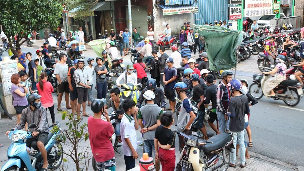 Chen lấn giật 'cô hồn' giữa Sài Gòn: Tiền bay lên nóc nhà, nhiều người ngẩn ngơ - Ảnh 7.
