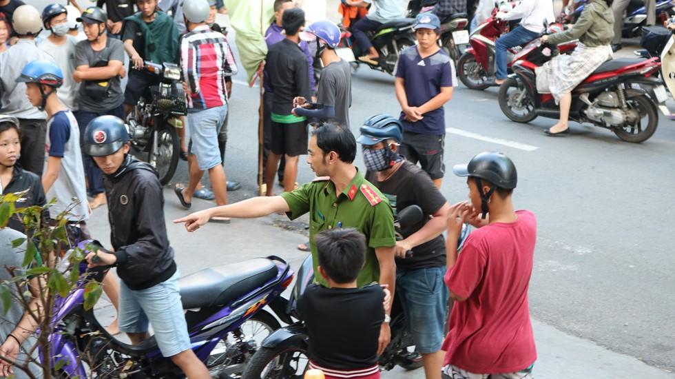 Chen lấn giật 'cô hồn' giữa Sài Gòn: Tiền bay lên nóc nhà, nhiều người ngẩn ngơ - Ảnh 8.