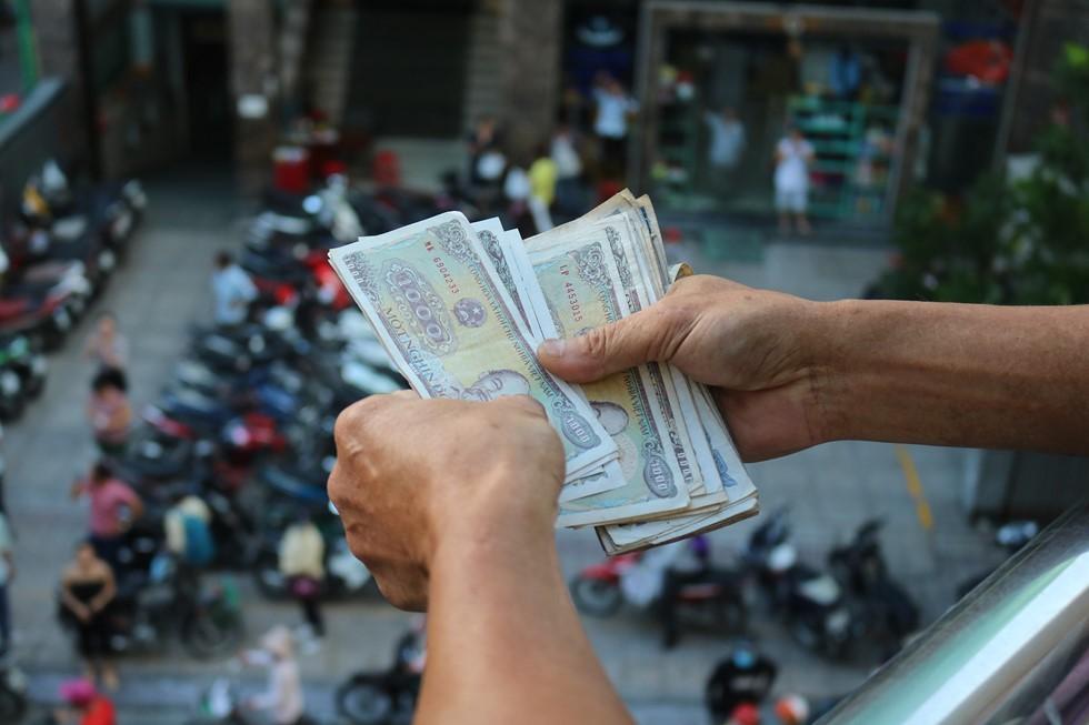 Chen lấn giật 'cô hồn' giữa Sài Gòn: Tiền bay lên nóc nhà, nhiều người ngẩn ngơ - Ảnh 10.