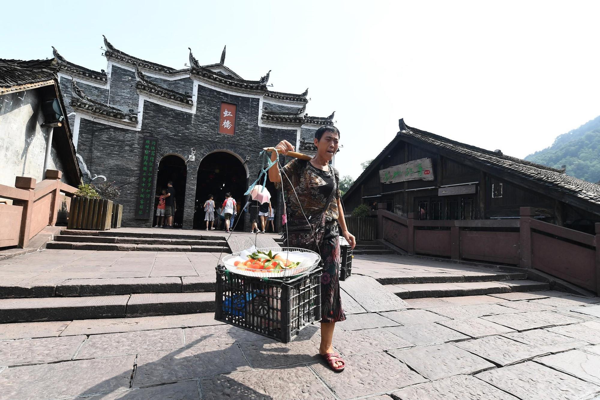 Phuong Hoang co tran va bi mat thu hut khach du lich quanh nam hinh anh 11