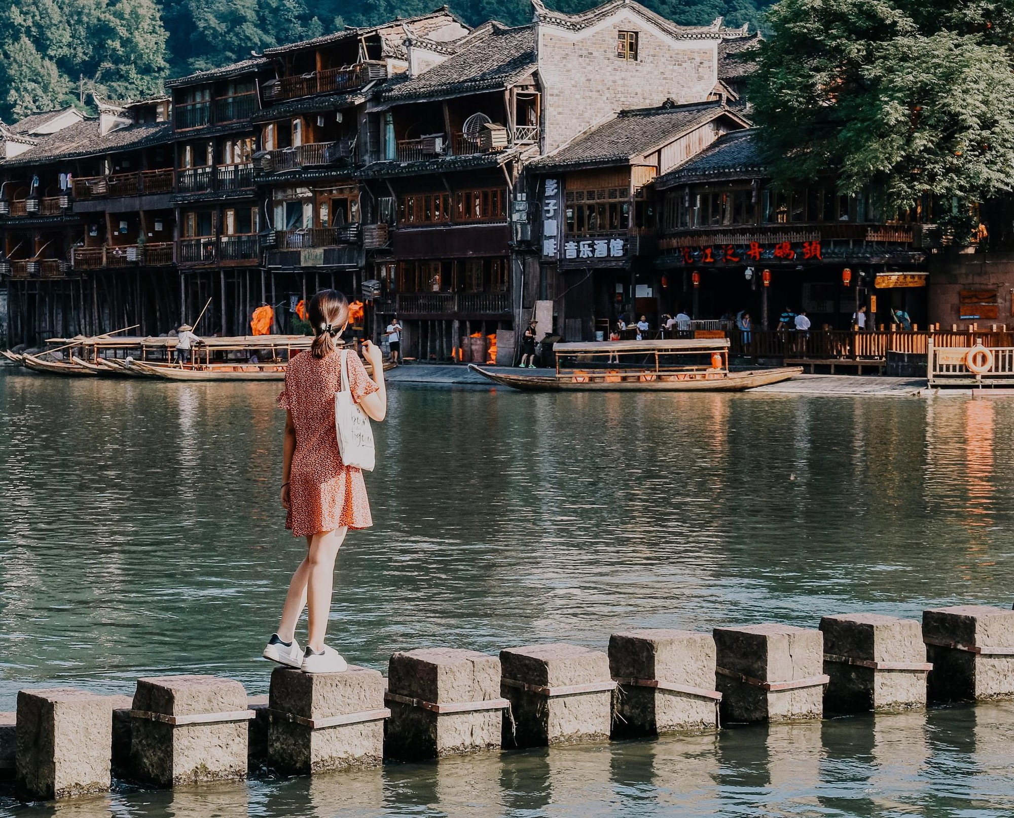 Phượng Hoàng cổ trấn và bí mật thu hút khách du lịch quanh năm - Ảnh 8.