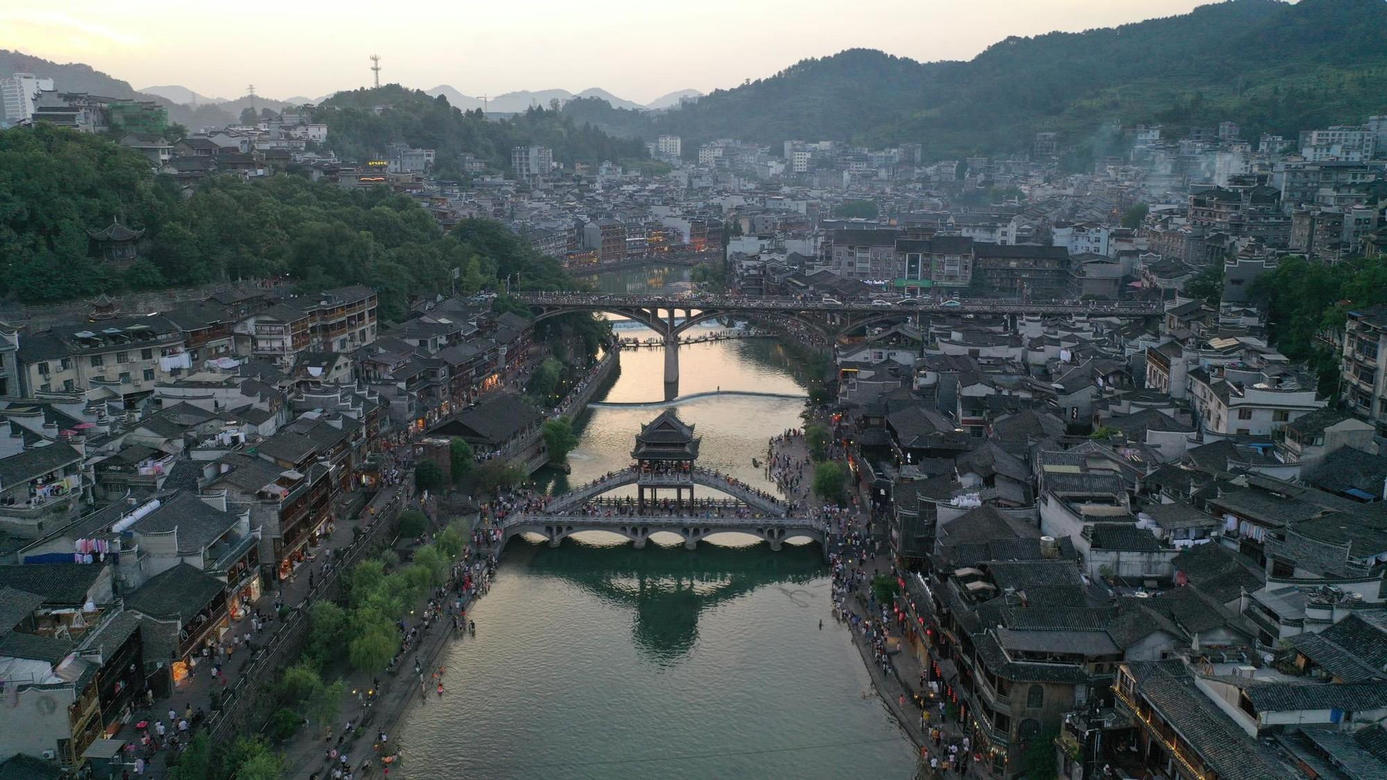 Phượng Hoàng cổ trấn và bí mật thu hút khách du lịch quanh năm - Ảnh 2.