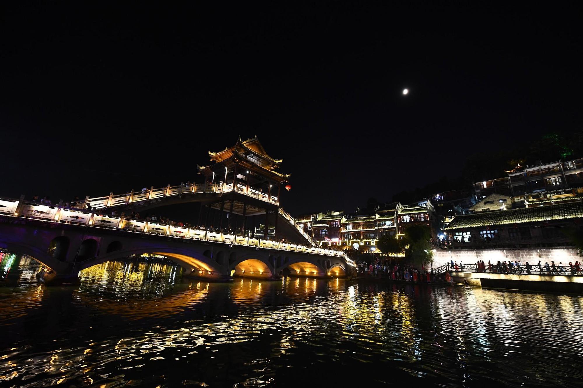 Phượng Hoàng cổ trấn và bí mật thu hút khách du lịch quanh năm - Ảnh 15.