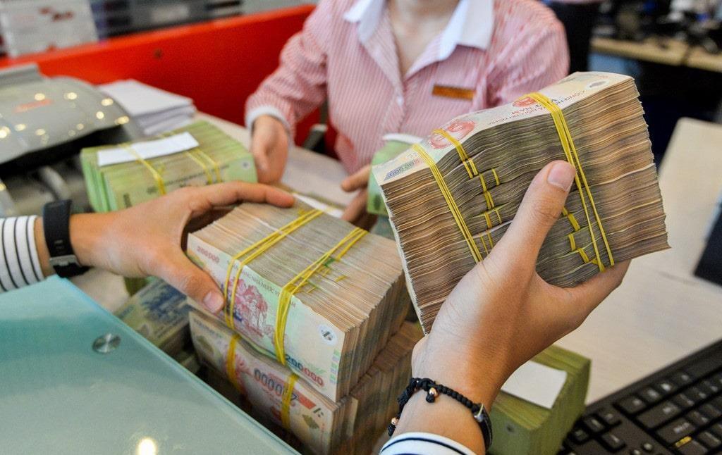 Ngân hàng Nhà nước giảm lãi suất tiền gửi và cho vay từ ngày mai, vì dịch Covid-19 - Ảnh 1.