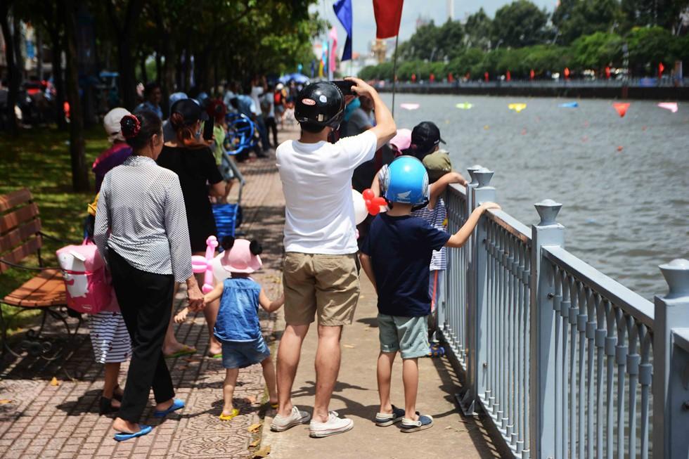 Người Sài Gòn 'nằm mơ cũng không nghĩ' kênh 'thúi' Nhiêu Lộc xưa nay đã bơi thỏa thích - Ảnh 4.