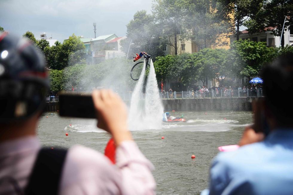Người Sài Gòn 'nằm mơ cũng không nghĩ' kênh 'thúi' Nhiêu Lộc xưa nay đã bơi thỏa thích - Ảnh 6.